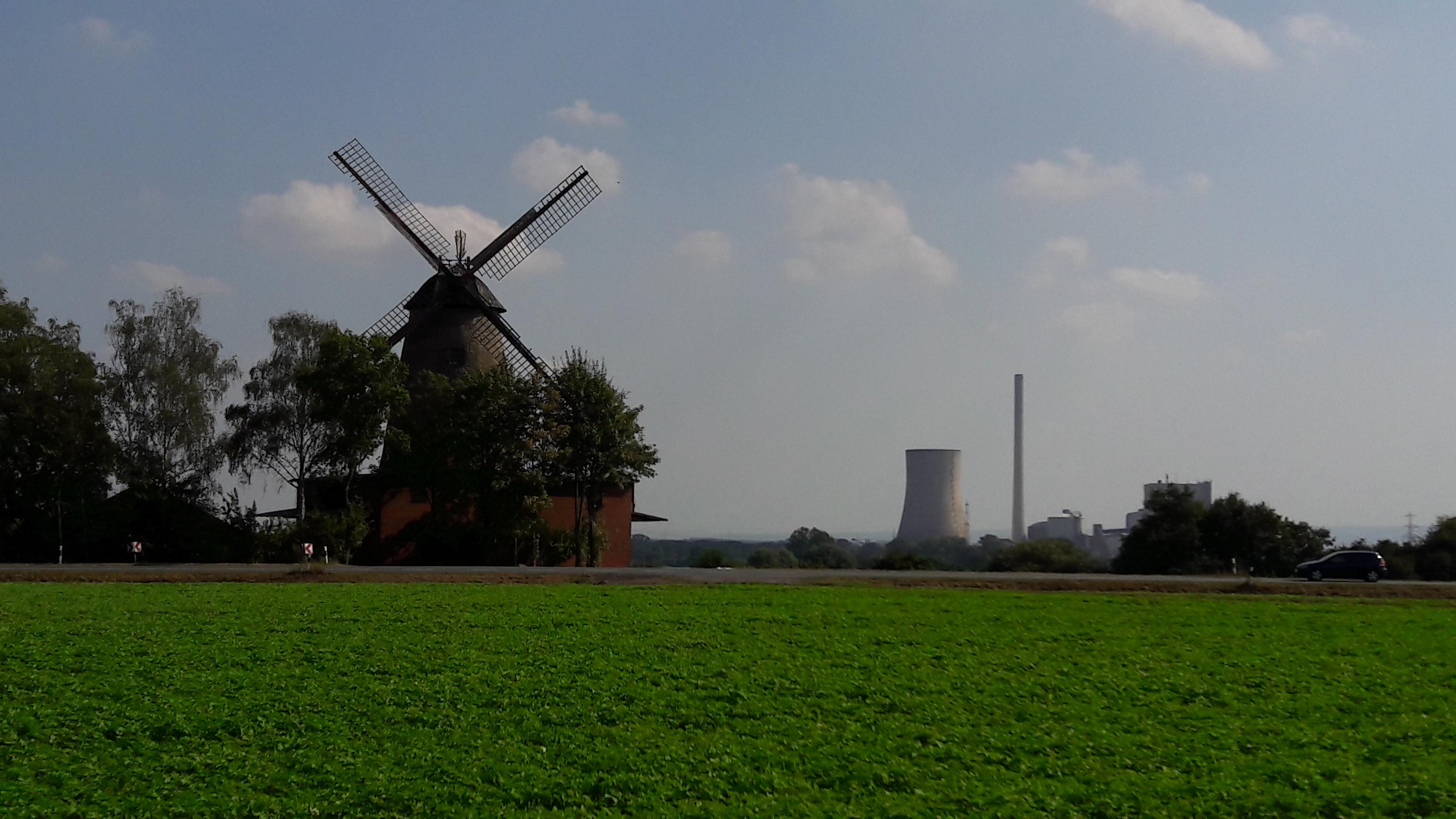 Windmühle und Kraftwerk